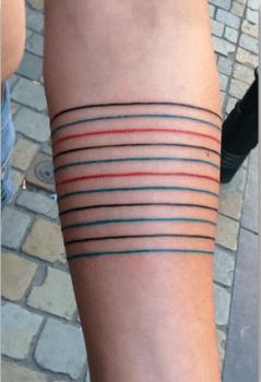 Tatuaje brazalete de colores