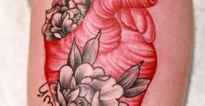 Tatuaje corazón con flores