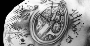 Tatuaje reloj en el pecho