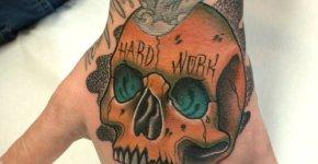Tatuaje cráneo con texto