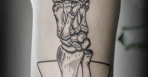 Tatuaje mano huesuda