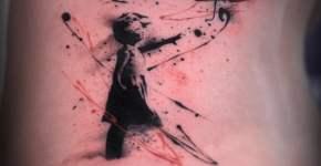 Tatuaje niña del globo en el abdomen