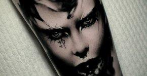 Una máscara dibujada sobre la espalda de una mujer por el tatuador Ien Levin del estudio Atelier Noir, en la que se mezclan cosas tan diferentes como las flores que adornan su parte más alta, un pedazo de cráneo humano con cuernos demoníacos y la parte superior del pico de un pingüino.