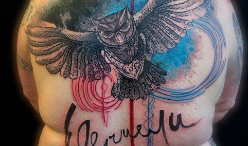 Tatuaje buho en la espalda