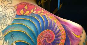 Tatuaje caracola de colores