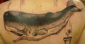 Tatuaje de ballena en la espalda