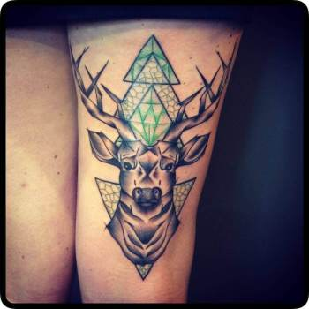 Tatuaje cabeza ciervo en la pierna