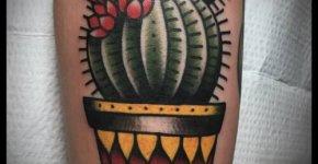 Tatuaje cactus con flores rojas