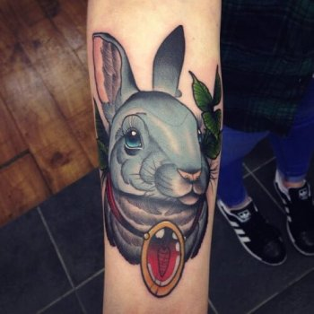 Tatuaje conejo gris en el brazo