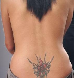 Tatuaje flor roja en la espalda