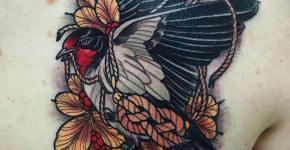 Tatuaje golondrina en la espalda