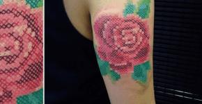 Tatuaje rosa punto de cruz