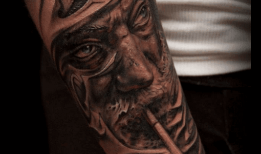 Tatuaje anciano fumando