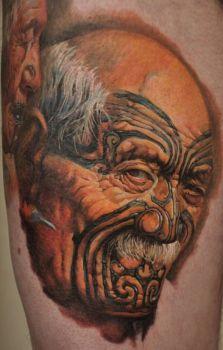 Retrato de un viejo con tatuajes en la cara