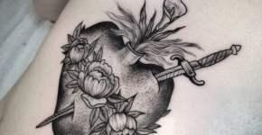 Tatuaje corazon en tintas grises