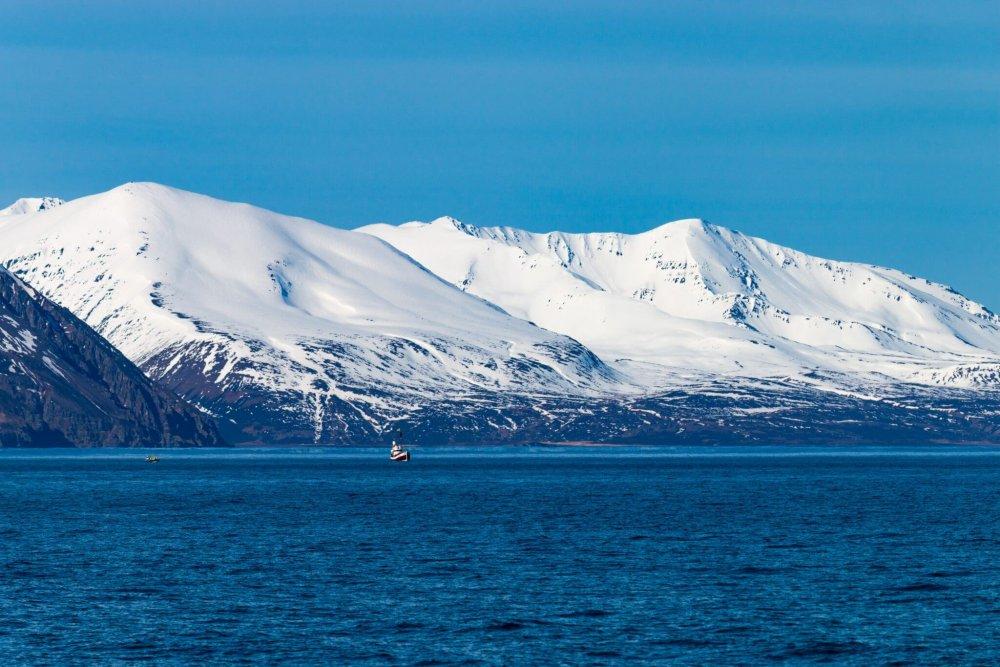 Schneebedeckte Berge in Húsavík