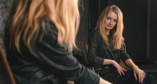 بنت تنظر في المرآة