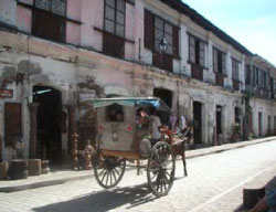 Pampanurnoren ti kalesa a nagkarga kadagiti turista ti Mena Crisologo Street a yan dagiti daan a pagtaengan a naipatakder idi tiempo dagiti Kastila. (Salvador A. Espejo)