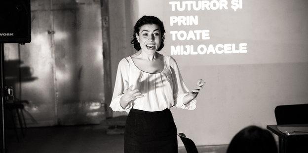 Die Theatergründerin Mihaela Drăgan bei einem Vortrag