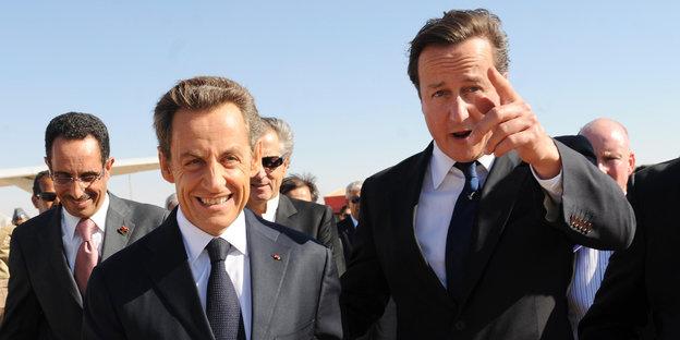 Nicolas Sarkozy und David Cameron steigen aus einem Flugzeug am Flughafen in Benghazi
