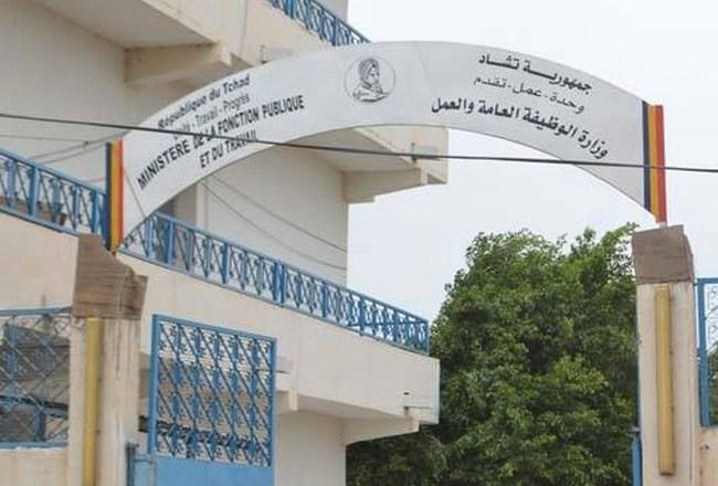 Au Tchad, pour amuser la galerie, le Président Idriss Déby annonce une chasse aux faux diplômes après 20 ans de fraudes à la fonction publique