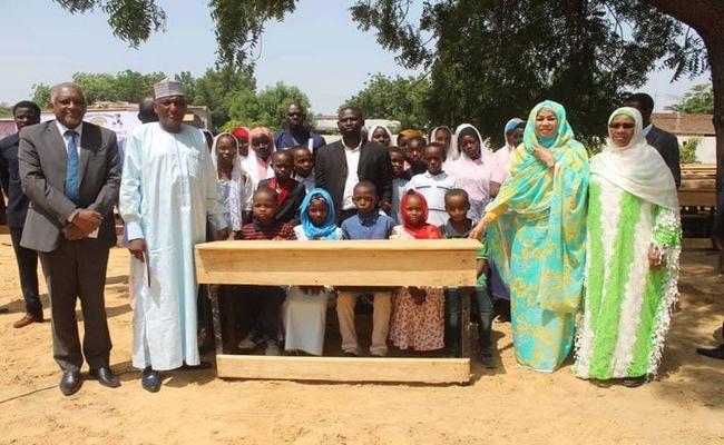 Tchad: la fondation de la Première Dame Hinda Déby offre au ministère de l'Education nationale 23 000 tables bancs achetées avec de l'argent public volé