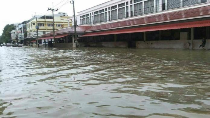 ภาคใต้ยังวิกฤติ น้ำป่าทะลักท่วมบ้านเรือน กรมอุตุฯชี้ มีฝนมาก คลื่นลมแรง