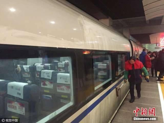 รถไฟความเร็วสูงของจีนเปื้อนฝุ่นหนา หลังวิ่งผ่านกลุ่มหมอกควันพิษ