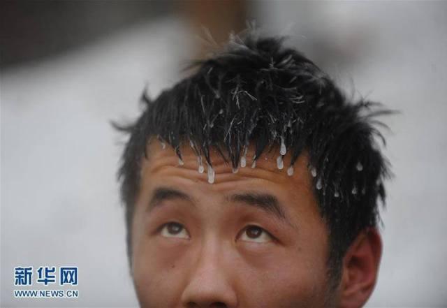 ชาวจีนแช่น้ำร้อนกลางภูเขาฉางไป๋ซาน!
