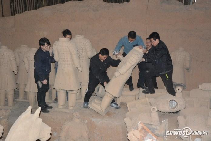ไม่รอด! ตำรวจจีนบุกทำลายหุ่นทหารม้าดินเผาปลอมหลายสิบตัว