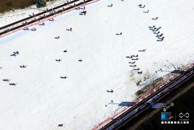 ใครบอกว่าเล่นสกีหิมะต้องไปที่ขั้วโลกเหนือ? ที่จีนก็มี!