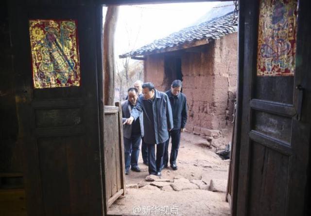 สปิริตมา! นายกฯจีนนั่งรถตะลุยเขาเยือนหมู่บ้านยากจน