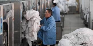 เจ้าหน้าที่ซักเครื่องนอนบนรถไฟ 3 หมื่นกว่าชุดในช่วงเทศกาลตรุษจีน