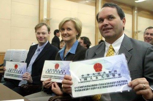"""ชาวต่างชาตินับพันคนได้ """"กรีนการ์ด"""" ในจีนแล้ว!"""
