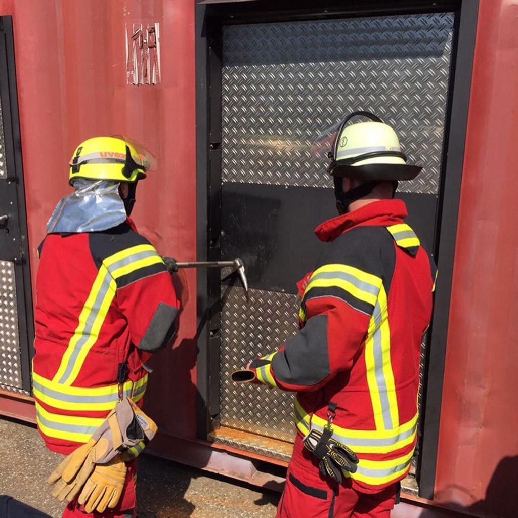 TCRH Mosbach: Türöffnung (Breaching) an Container-Übungsanlage