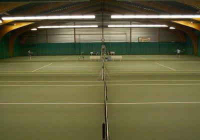 10 courts de tennis extérieurs et 3 courts couverts