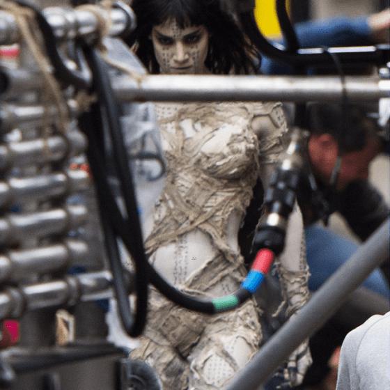 Mumia, interpretată de Sofia Boutella pe platourile de filmare.