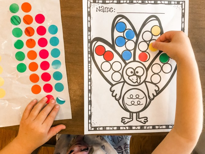 Teach your toddlers and preschoolers to learn and identify colors with this turkey color matching activity free printable for Thanksgiving