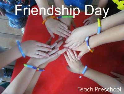 Making friendship bracelets in preschool