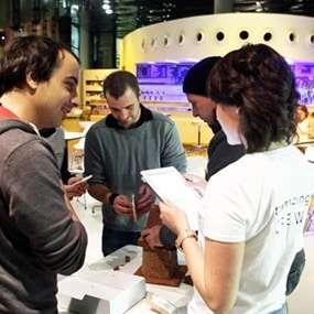 Ein Team baut als Teambuilding Aufgabe ein kreatives Lebkuchenhaus