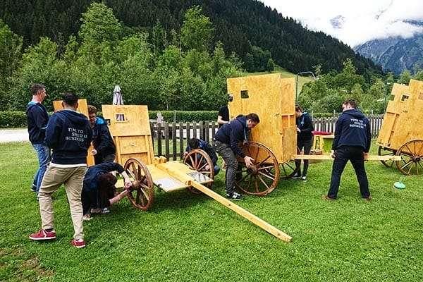 Männer bauen einen Streitwagen zusammen