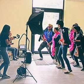 Team tanzt vor laufender Kamera für Musikvideo