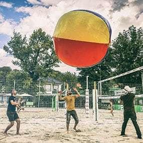 Riesen-Volleyball als lustiges Teambuilding: Blobby Volley