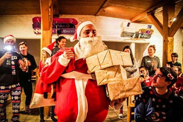 Weihnachtsmann teilt Geschenke aus