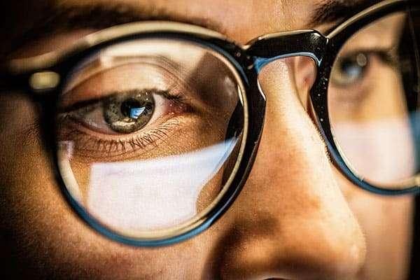 Kurzsichtige Brillenträger Augenschäden am Arbeitsplatz