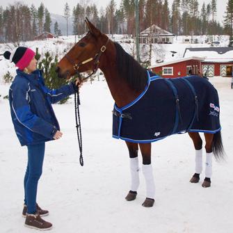 Samsaia poserer med oppasser Lise Marie før avgang til Momarken på tirsdag, hvor hun tok en overbevisende seier på 14,3.