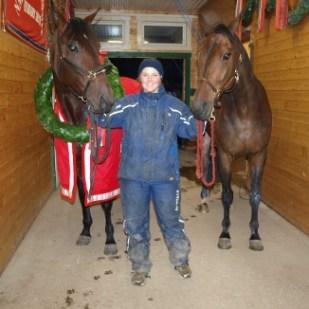 Karina med sine flinke gutter! Thai Broaday og Mister X.F. Royal poserer på stallgangen dagen derpå.
