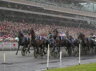 Prix d'Amerique samler alltid horder av publikum, i år var rundt 33.000 tilstede i øsende regnvær! Her er feltet runden fra mål, Yarrah Boko i rygg på Maharajah. (Foto: Eirik Stenhaug)