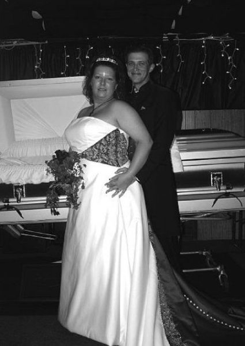 Wedding picture taken in front of open funeral casket, funeral wedding funny wedding pictures, bad wedding, wedding photography worst wedding wedding disasters, strange weird, wedding fail,