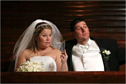 Bride giving the finger, funny wedding pictures, bad wedding, wedding photography worst wedding wedding disasters, strange weird, wedding fail,